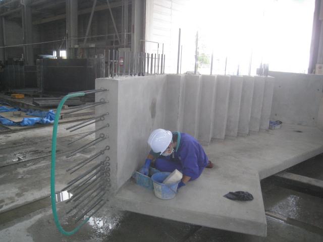 階段の仕上げ作業の様子 コンクリート工場において