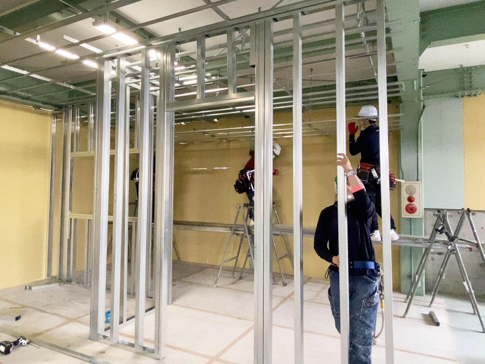 軽量鉄骨下地工事 自社練習倉庫での練習風景